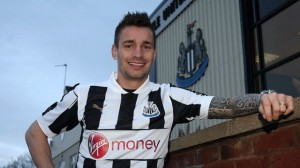 Mathieu Debuchy a le sourire à Newcastle.